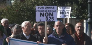 """Ducias de xubilados concentráronse esta mañá en Vilagarcía en defensa das súas pensións. Consideran que a suba do 0,25 aprobada este ano polo Goberno é unha """"tomadura de pelo"""". As reivindicacións dos pensionistas estendéronse hoxe polas principais cidades de España."""