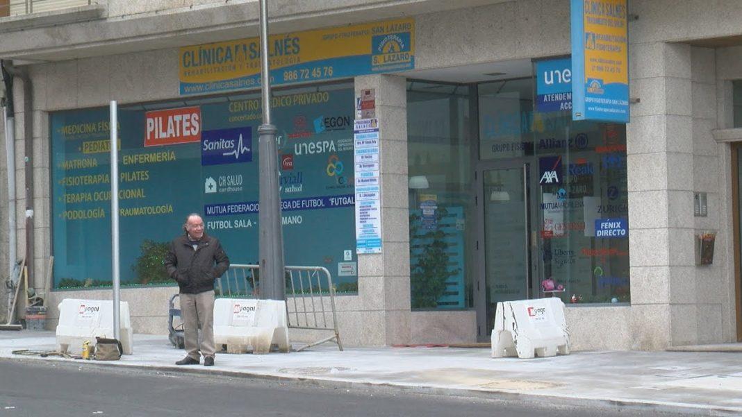 A Clínica Salnés denuncia a falta de estacionamentos para persoas con mobilidade reducida