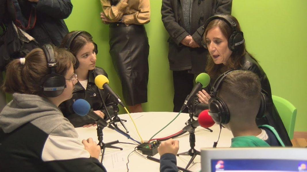 A conselleira anuncia o II Podcast - Radio na biblio dende a emisora do Plurilingüe San Bartolomé