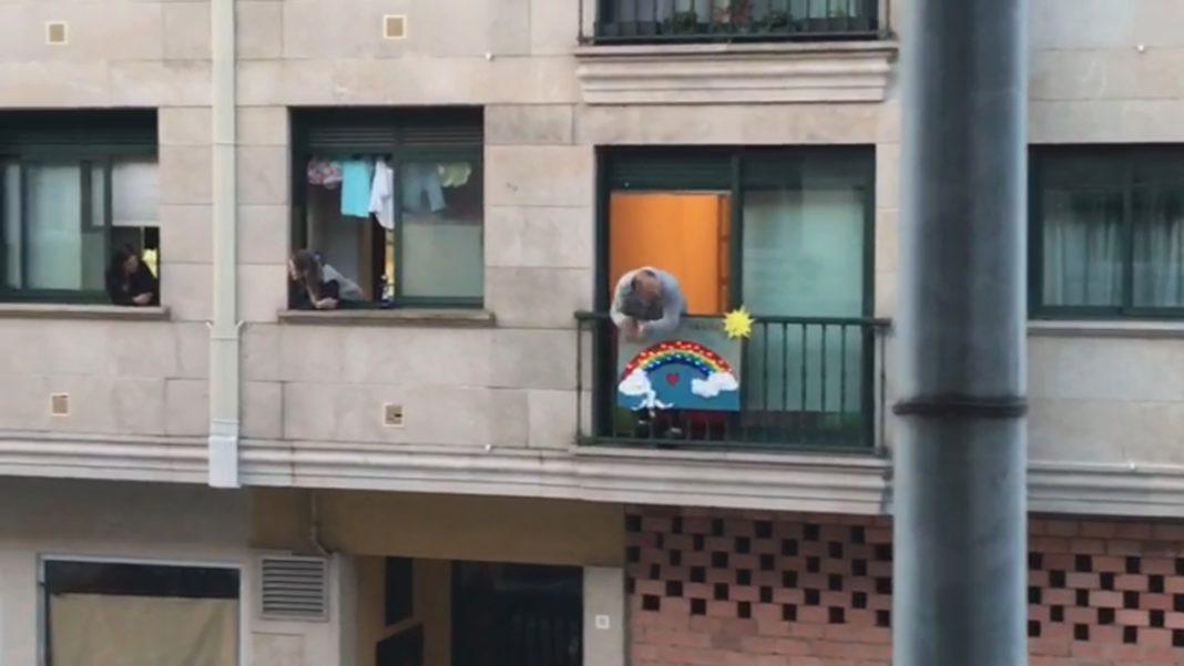 Os veciños seguen aplaudindo desde a ventás tras dúas semanas de confinamento